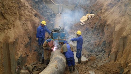 6月29日,随着204国道穿越点最后一处焊接完成,备受瞩目的青岛港董家口港-潍坊-鲁中、鲁北输油管道一期工程经过9个多月的紧张施工,胜利实现全线贯通。  青岛港董家口港-潍坊-鲁中鲁北输油管道一期工程最后一处焊接完成 据介绍,山东省聚集着超过40家地炼和石化产业,产能已占全国地炼企业总产能的70%以上。2015年以来,随着国家双权放开,国际油价低位运行,进口原油需求剧增,以山东地炼企业为代表的独立炼油商异军突起,一度呈现出油轮排队进港的场面。巨量增长的进口原油背后,90%需要依赖公路运输。在全省,每天有
